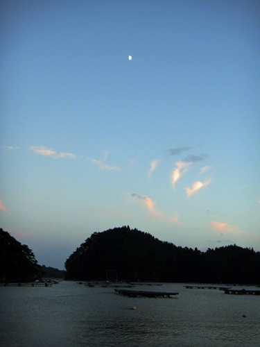 寒露の暮れ月(舞根湾)
