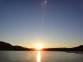 [牡蠣][風景][気仙沼][三陸][リアス][森][海][牡蠣][夕日]瀬戸に落日(大島瀬戸、左は大島、右は日向貝、夕日の右が室根山)