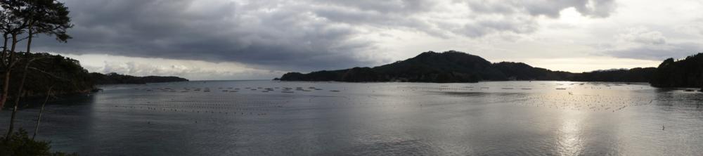 新しい年の海の安全を祈る。(正面:大島、左:唐桑半島、右:貝浜)