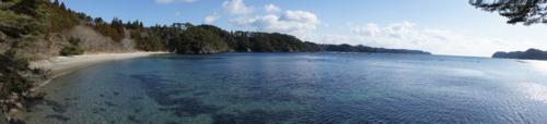 九九鳴き浜(左:九九鳴き浜、右端:大島)