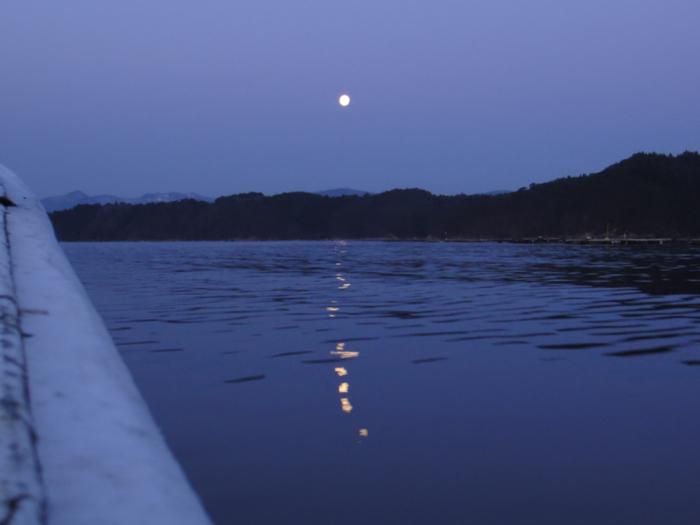 夜明けの月(大島瀬戸)