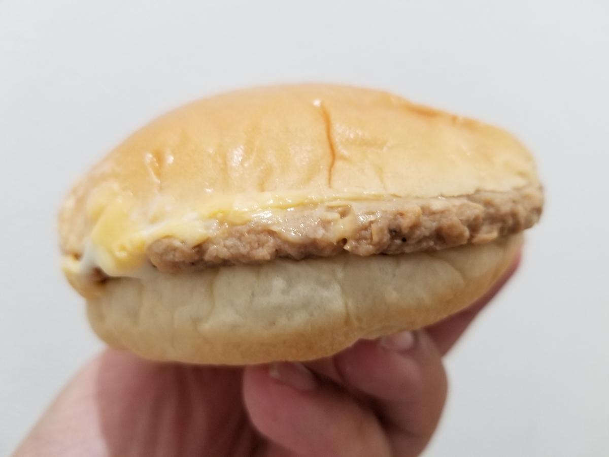 ヤマザキ ふっくらバーガー Wチーズ&完熟トマトソース