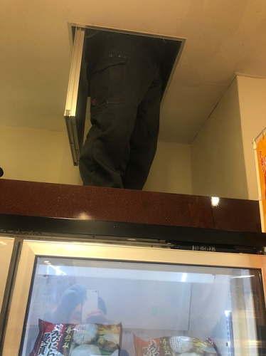 天井上の水漏れ原因を調べる