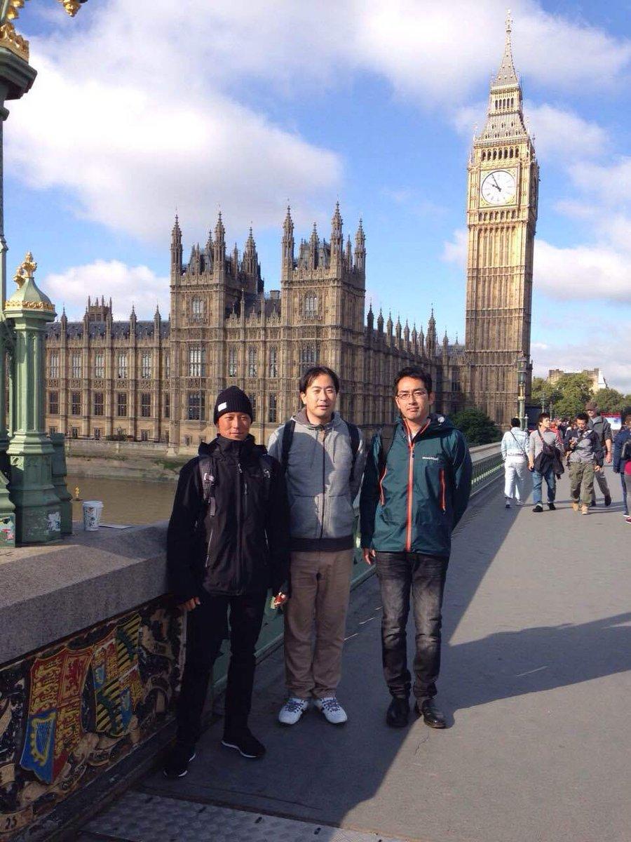 ロンドン・ビッグベンを背景に(左端が野原社員)