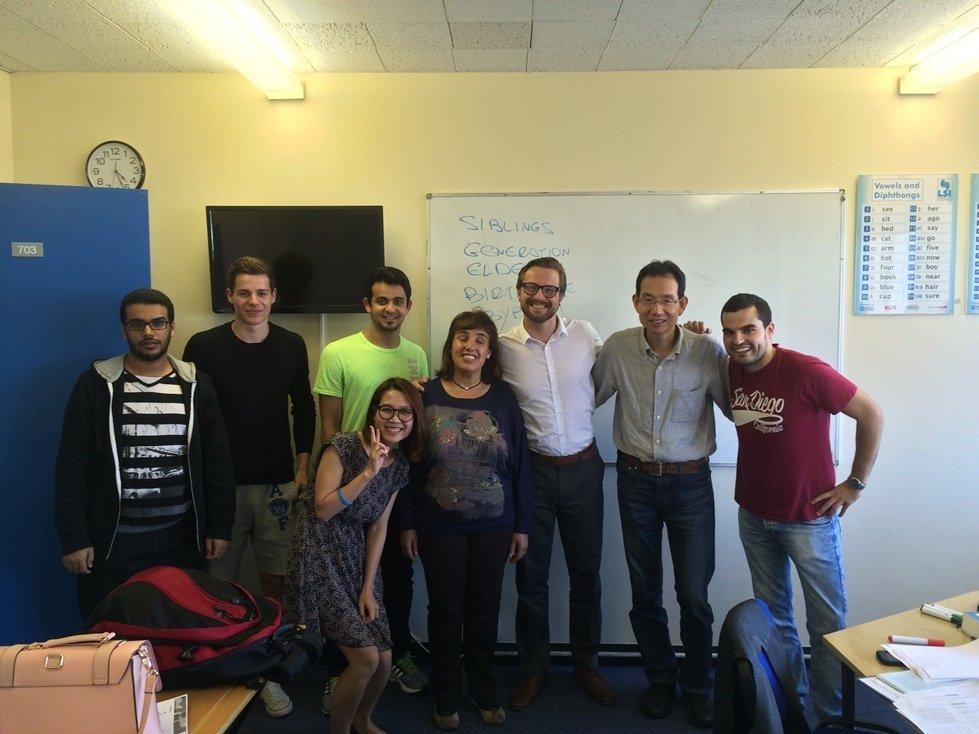 フランキー先生(右から3番目)と生徒たち