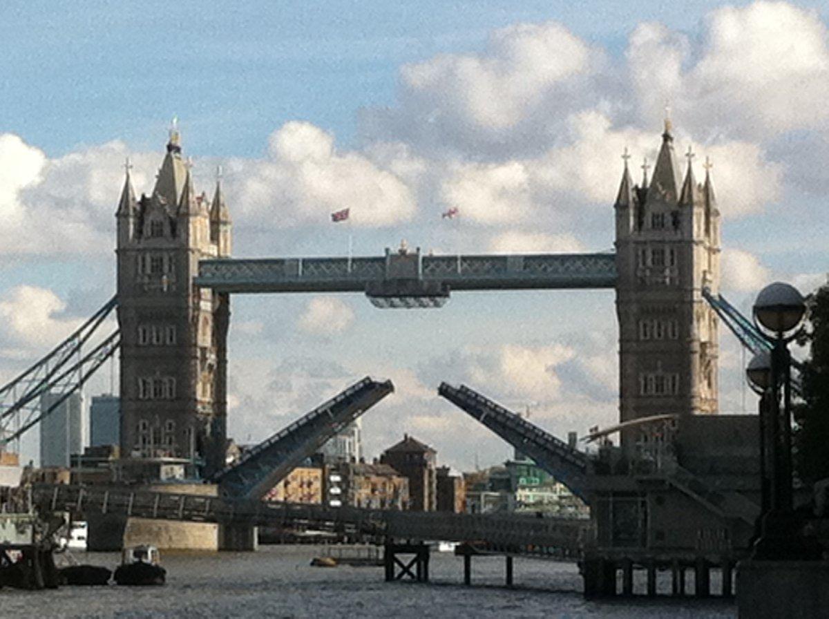 跳ね橋が上がってる!