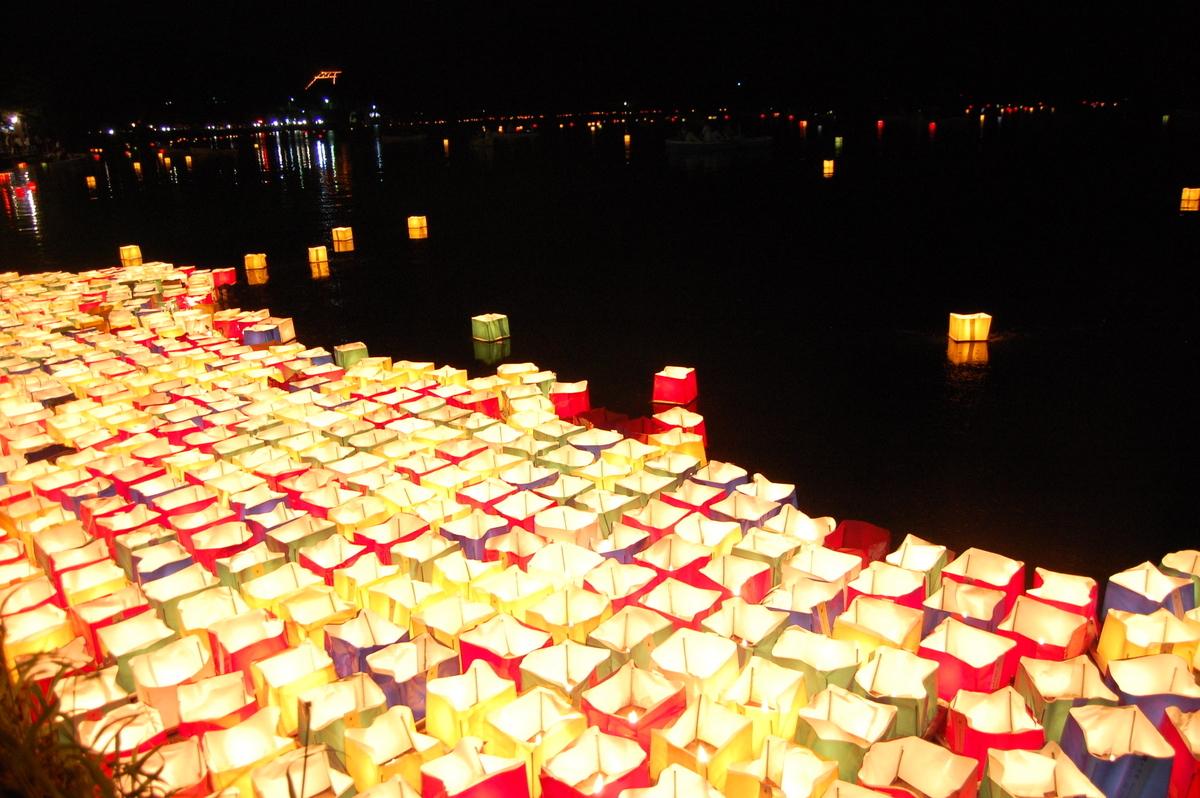 広沢池の精霊流し 2010年8月16日 撮影:MKタクシー