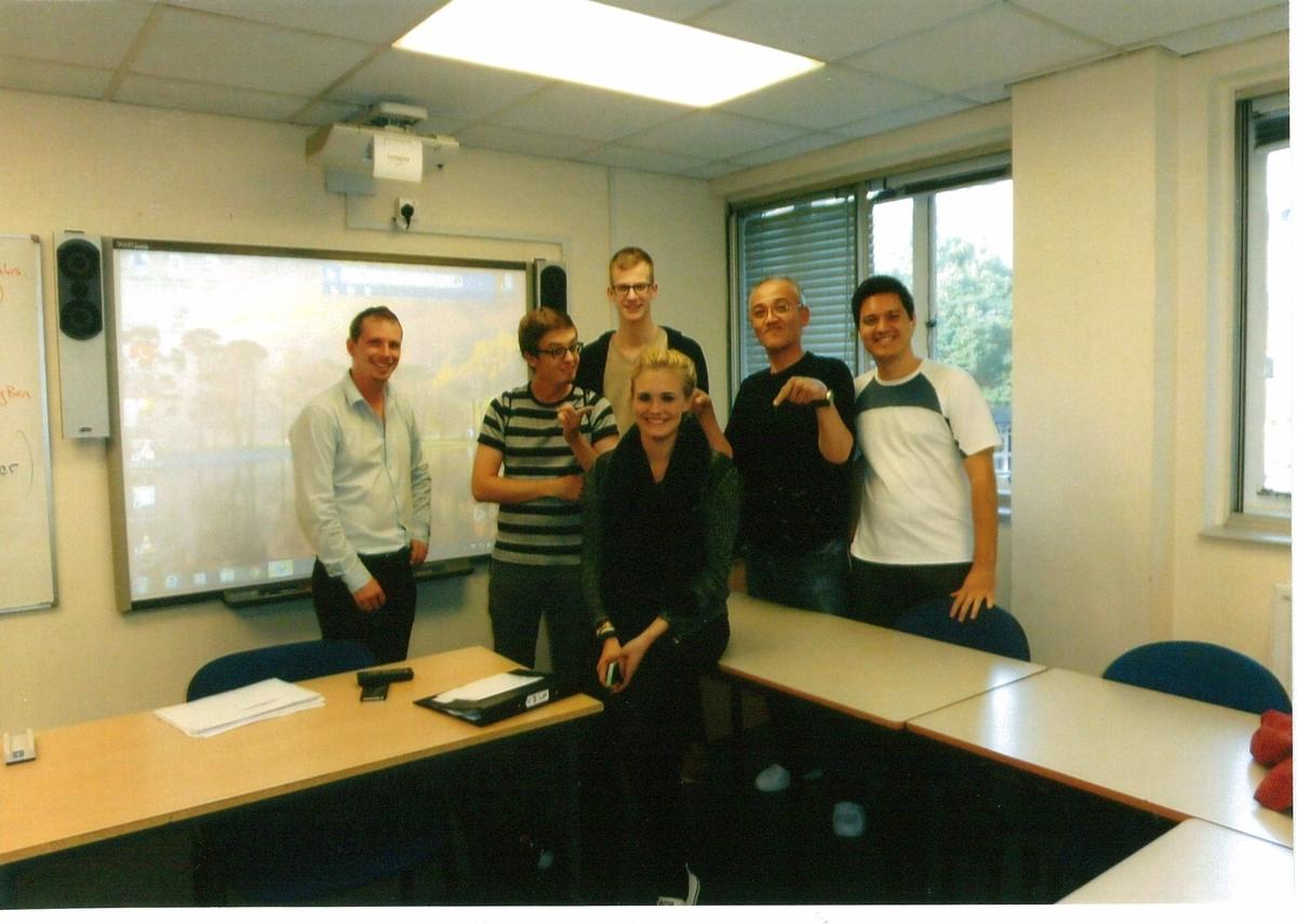 左端からダン先生、マルティナ、ケヴィン、ニコ、ドゥグラスと一緒に