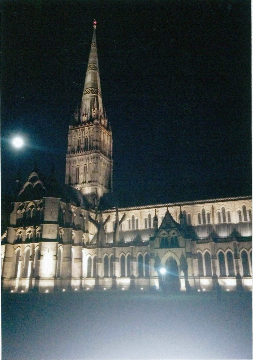 ソールズベリー大聖堂と月
