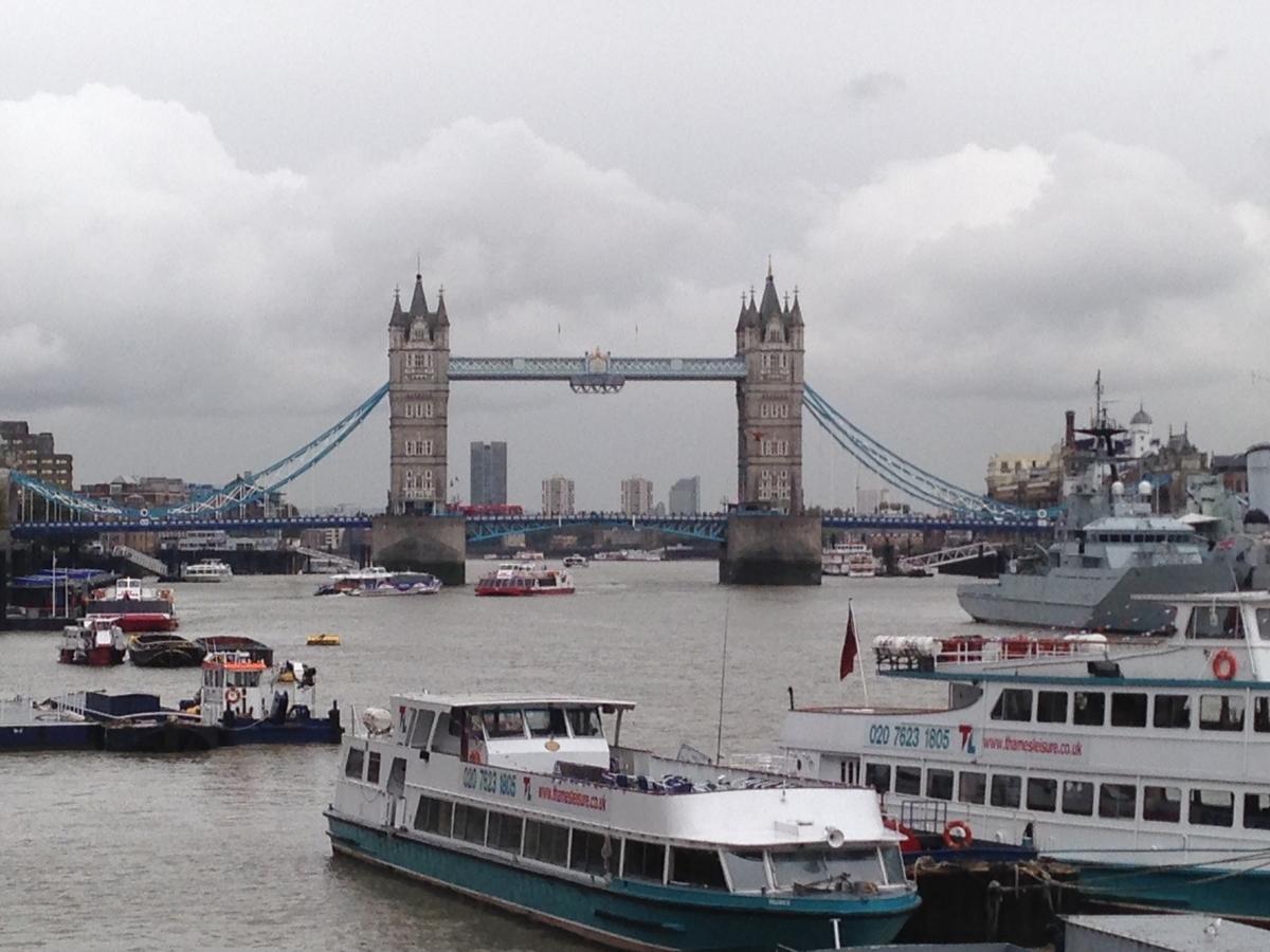 ロンドン橋からテムズ川を眺めて