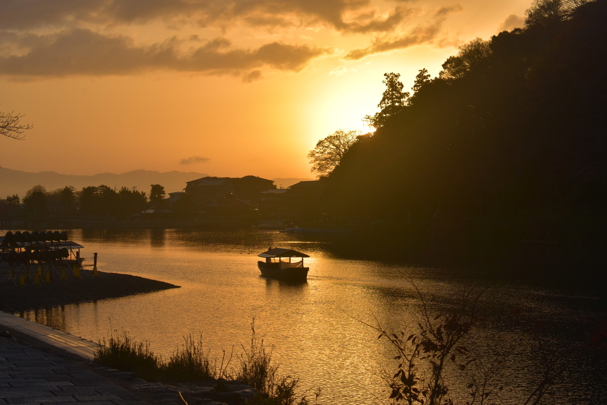 大堰川の屋形船と日の出 2018年11月29日 撮影:MKタクシー