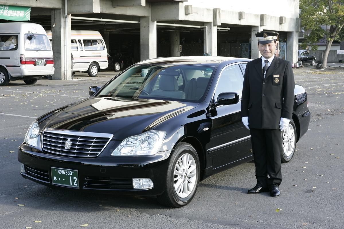 ハイヤー車両と中村壽男社員(2005年)