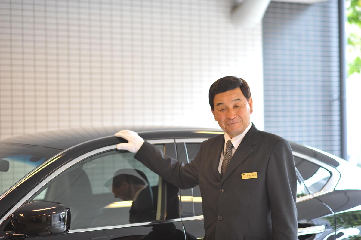 ハイヤー車両と中村壽男社員(2012年)