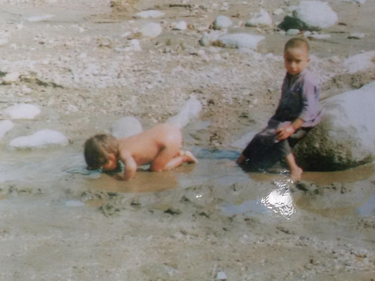子どもは、川にかろうじて残った泥水を飲んでしまう。水不足が、多くの子どもたちの命を奪った