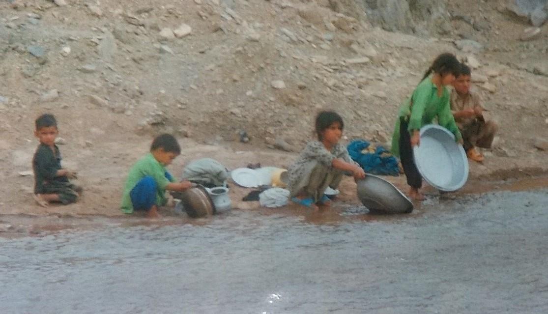 家に水道がないので、川に水くみや洗濯をしにきた子どもたち