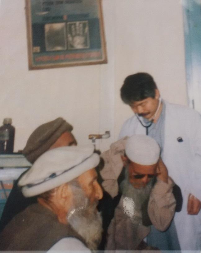 診察中の中村医師。1984年パキスタン・ペシャワール病院ハンセン病棟から活動を始めた。当時医療器具は乏しかった