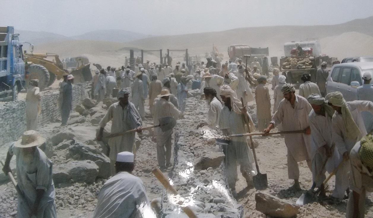 用水路工事。住民たちが砂漠で作業をする