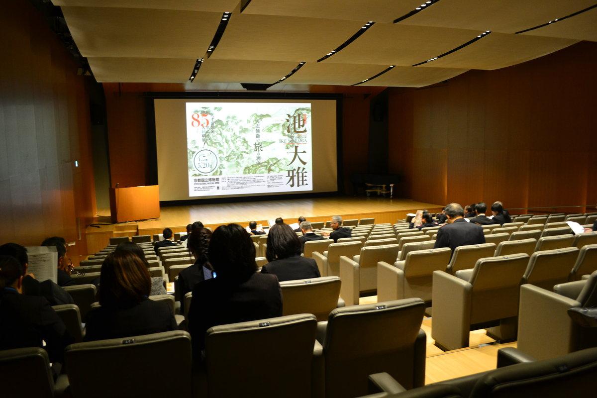 地下一階にある講堂で、研究員による30分の講義