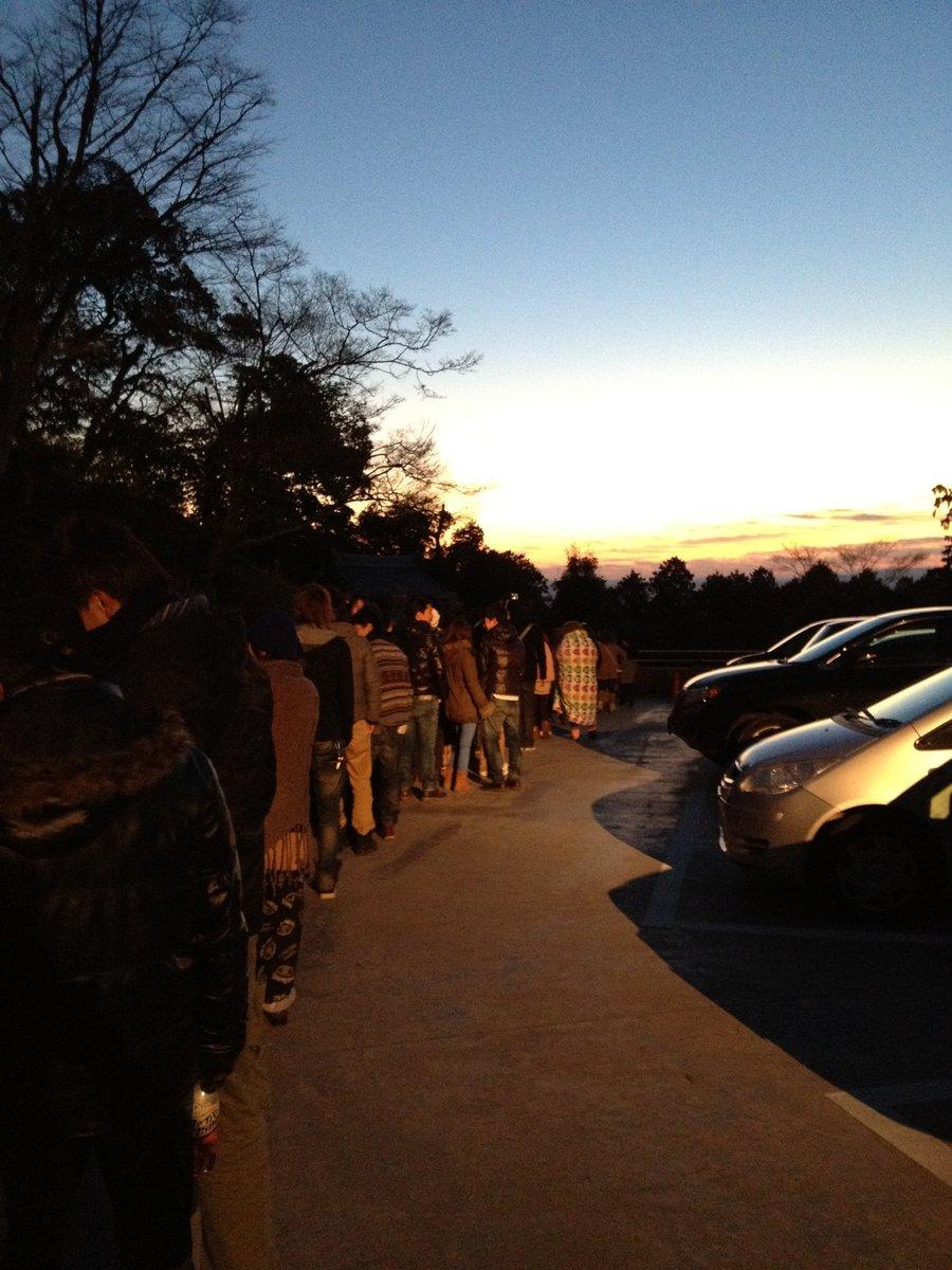6:39 善峯寺の初日の出 開門を待つ拝観者が並ぶ駐車場 撮影:MKタクシー