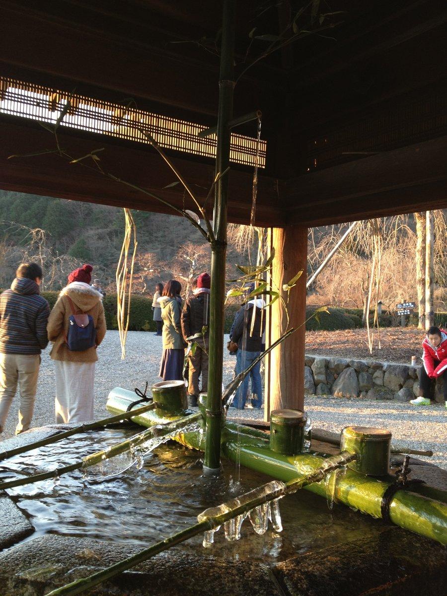 7:30 善峯寺の初日の出 凍てつく釈迦堂の手水鉢 撮影:MKタクシー