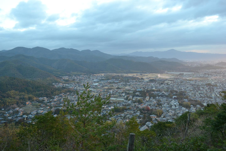 小倉山の山頂付近から見た清凉寺から広沢池方面 撮影:MKタクシー