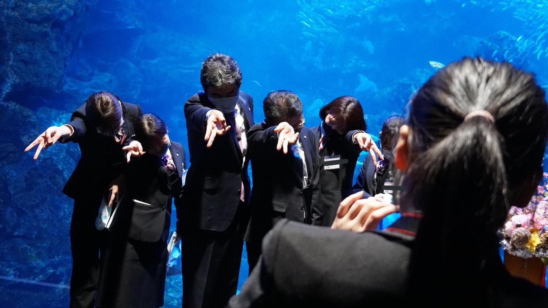 終了後、新入社員らと謎のポーズで記念撮影