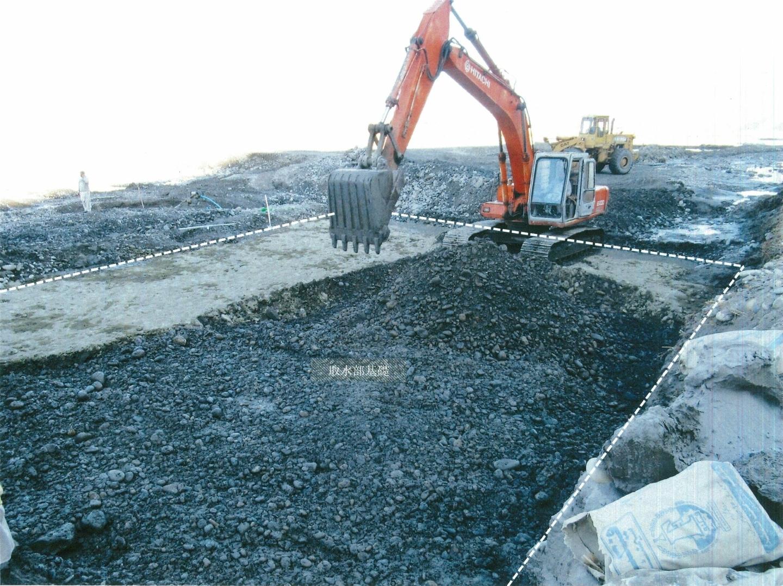 取水門基礎工事風景。掘削機でセメントと玉石を混ぜ、厚さ50cmの強靭な基礎とする(2021年1月3日)