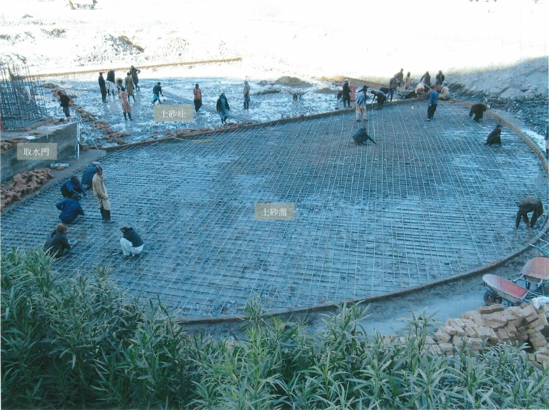 取水門の床面コンクリート打設作業は完了し、土砂溜と土砂吐の鉄筋組みが開始されている(2021年1月16日)