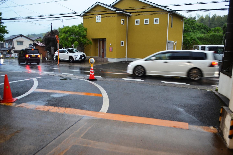 洛西営業所の出入口は車道が見えにくくなっていたので、斜めに出るようにして視界を確保し、簡易ミラーも設置した