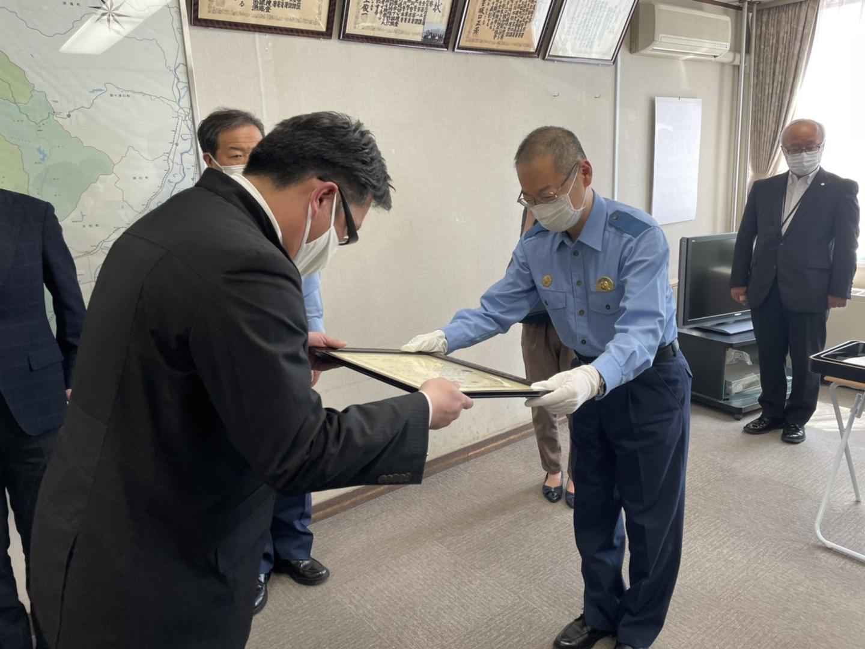 札幌北警察署で表彰状を受け取る鷲尾社員 2021年6月25日
