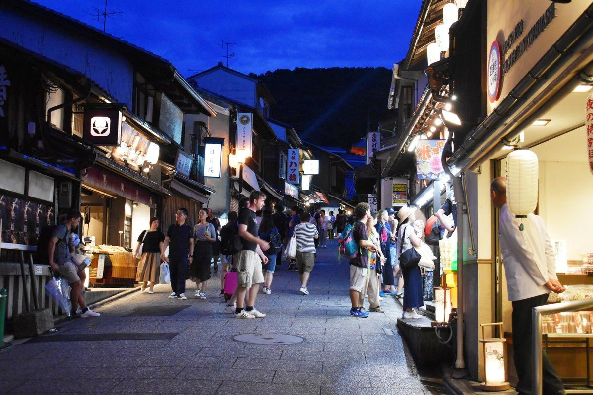 日没後もお店が空いている清水坂 2018年8月15日 撮影:MKタクシー
