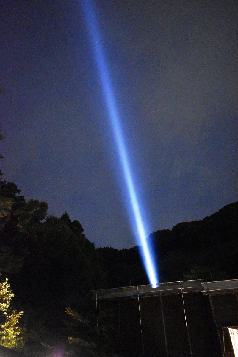 夜空へとのびる観音慈光 2018年8月15日 撮影:MKタクシー
