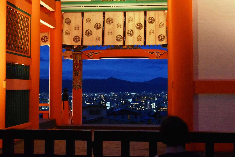 西門を通してみる夜景になりつつある京都市街 2018年8月15日 撮影:MKタクシー