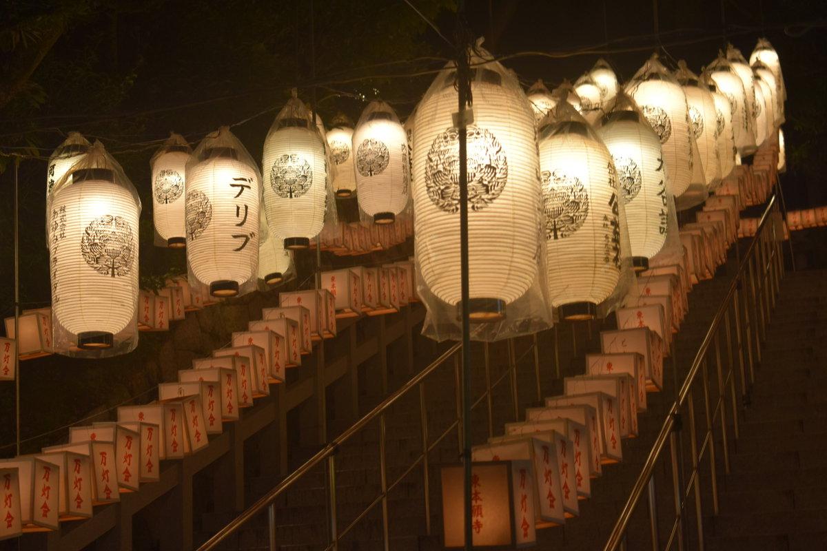 御廟への石段 2018年8月15日 撮影:MKタクシー