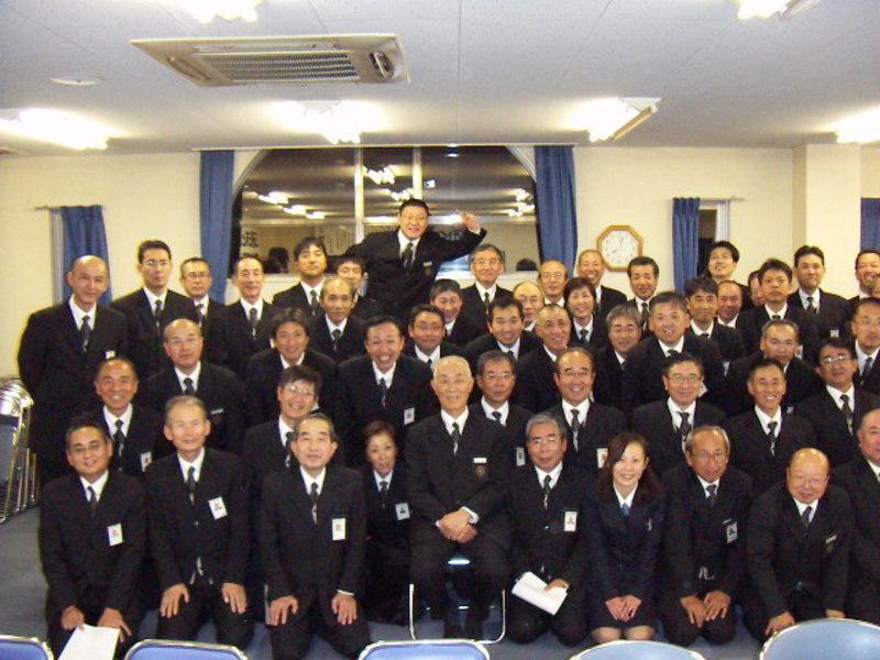 西五条営業所の同僚たちと(前列中央、イスに座っているのが石田社員) MK新聞2009年1月16日号より