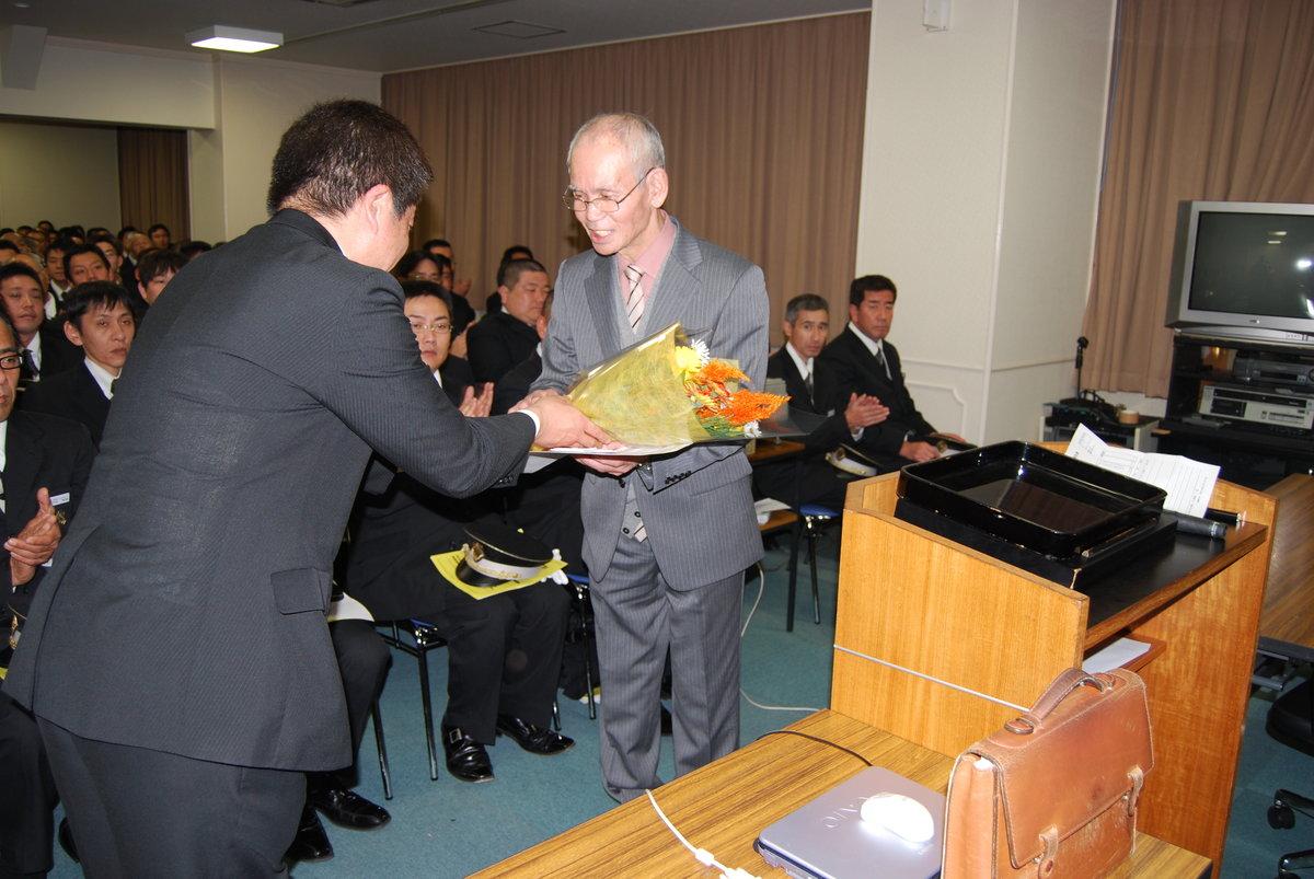 上賀茂営業所長より花束が贈られた MK新聞2010年2月1日号より