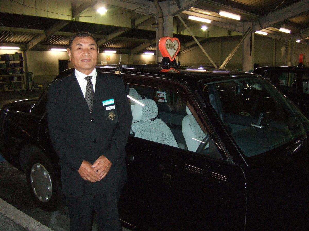 出庫前に車両の前で MK新聞2007年9月16日号より