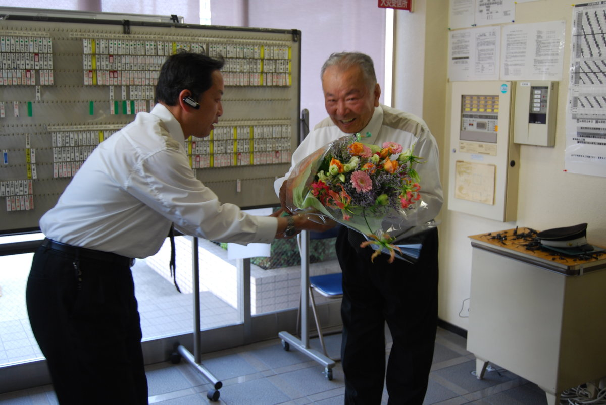 同僚から花束 MK新聞2008年7月1日号より