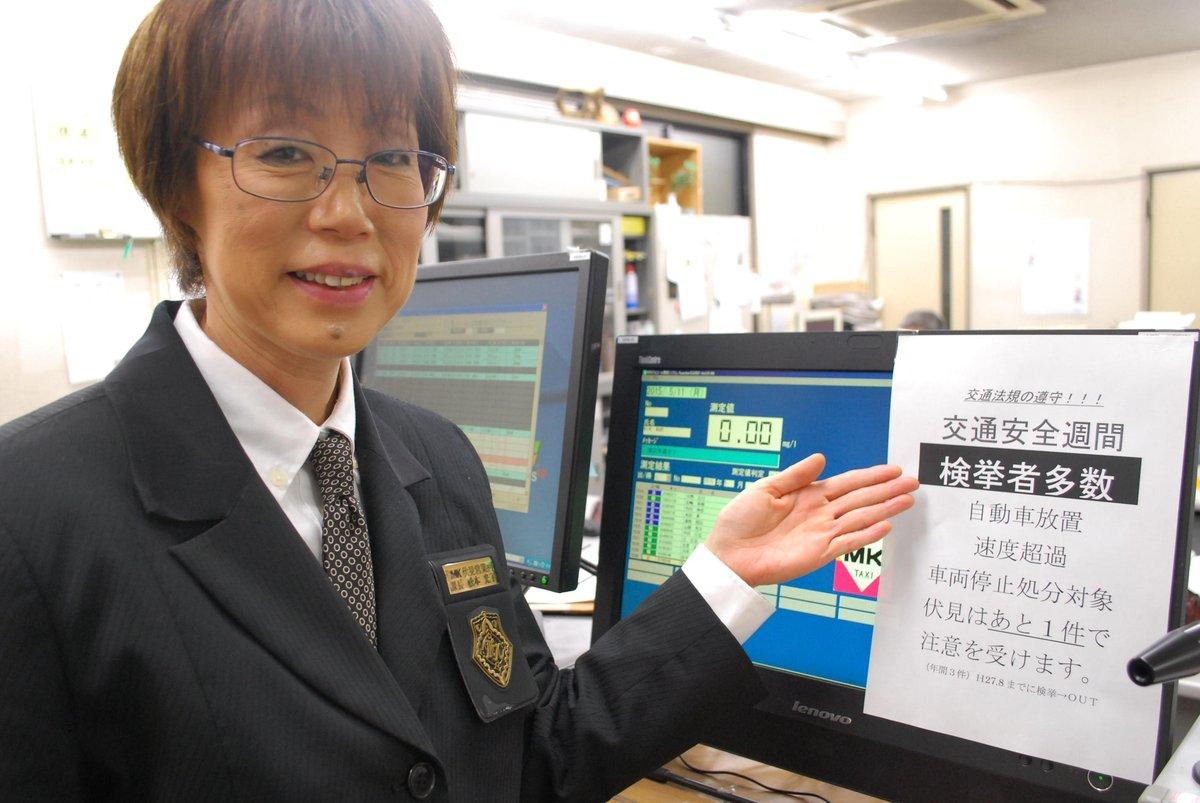 「交通ルールは面倒と思わずに」と注意する松本社員(※掲示と異なり実際には検挙はない) MK新聞2015年6月1日号より
