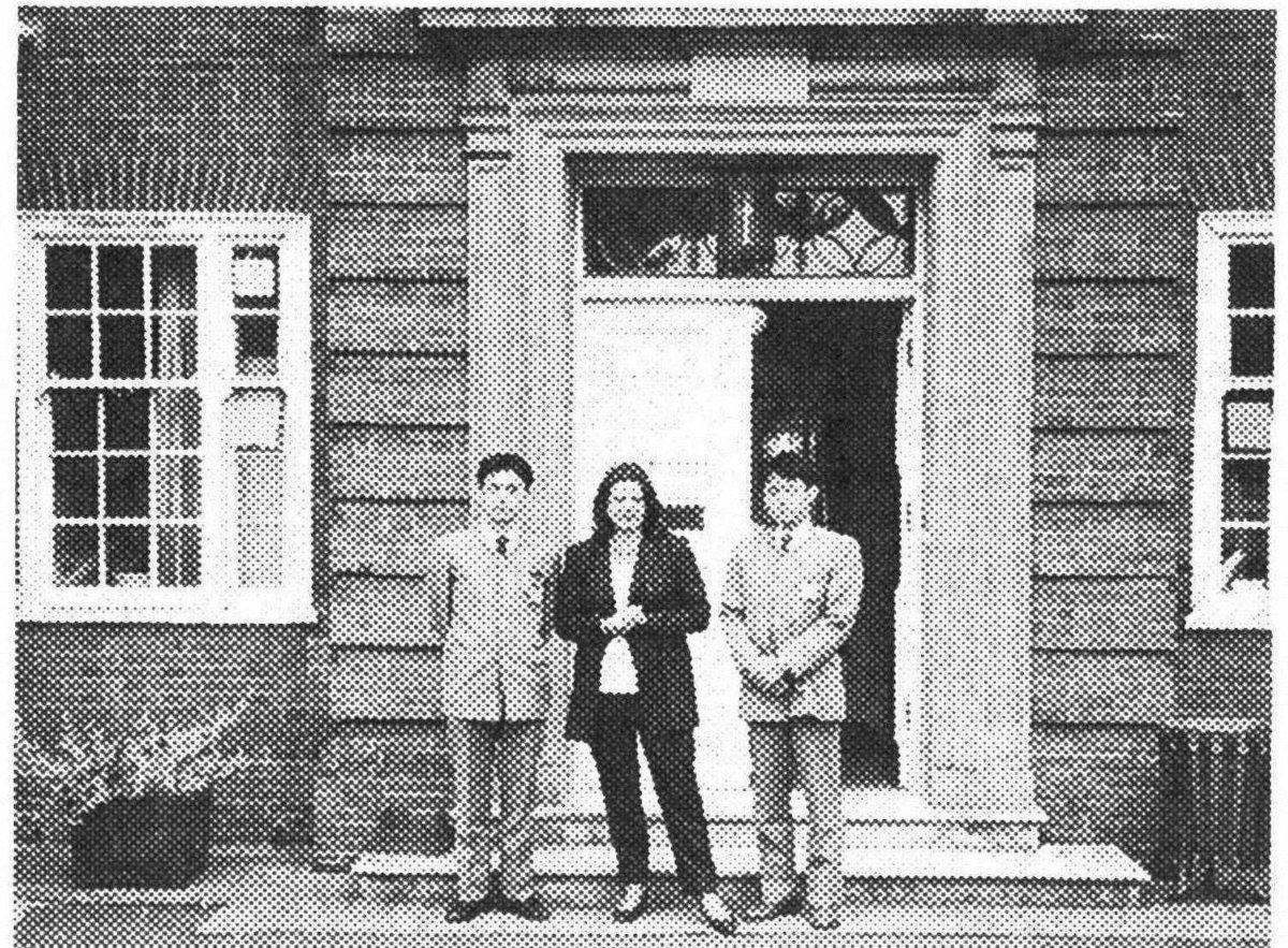 ベルスクールケンブリッジ校の正門前で先生とともに ベルスクールケンブリッジ校の正門前で先生とともに