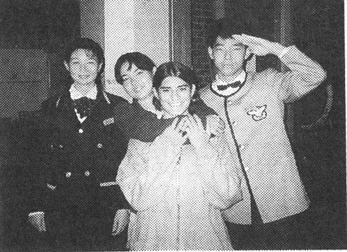 スクール仲間とのパーティーより(右端が本人) MK新聞1997年11月1日号より