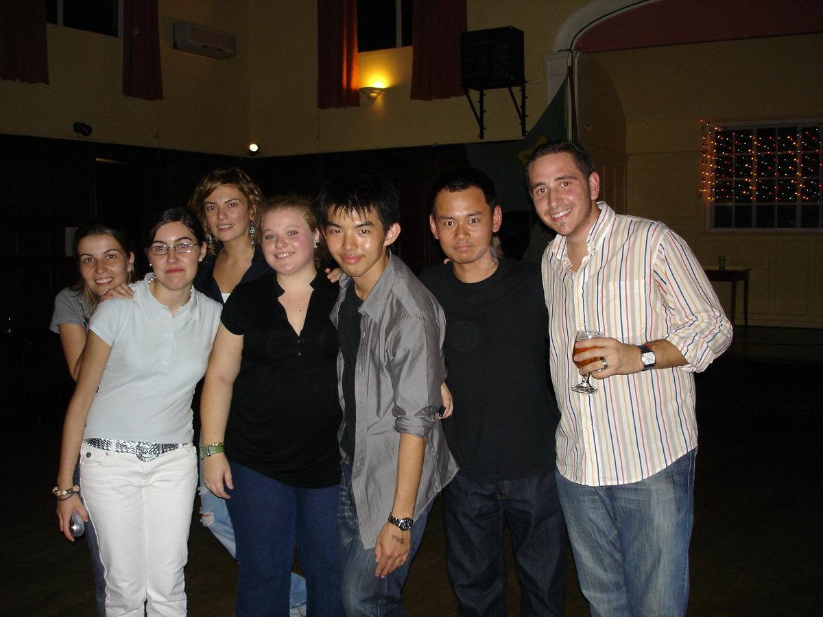サルサダンスで様々な国から来ている生徒たちと交流 (右から2人目が四方社員)