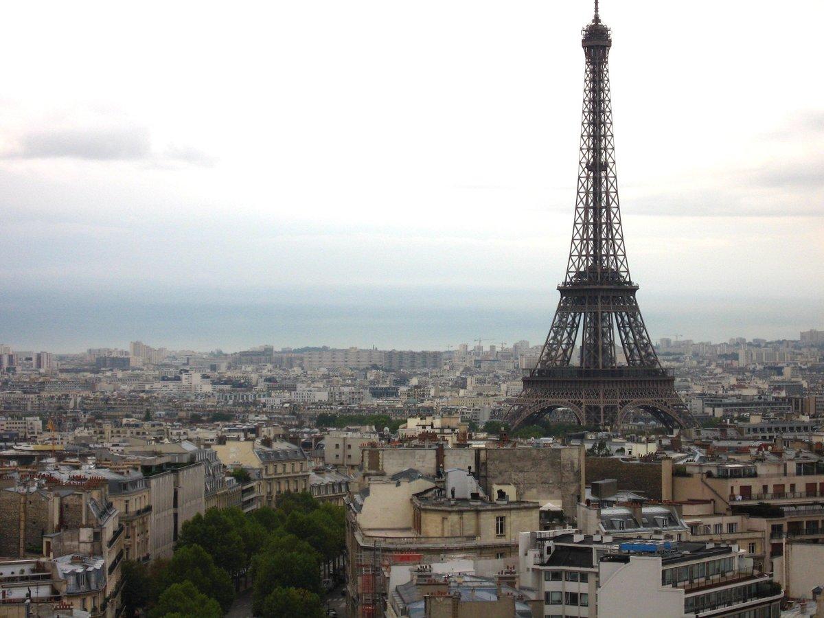 フランス・パリ市街とエッフェル塔。 高さなど、厳しい規制によって景観が保たれている