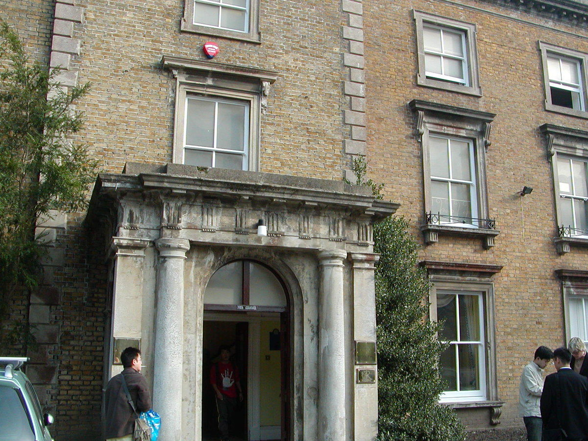学校。築150年以上の建物で、もともとはお金持ちの個人宅として建てられたという