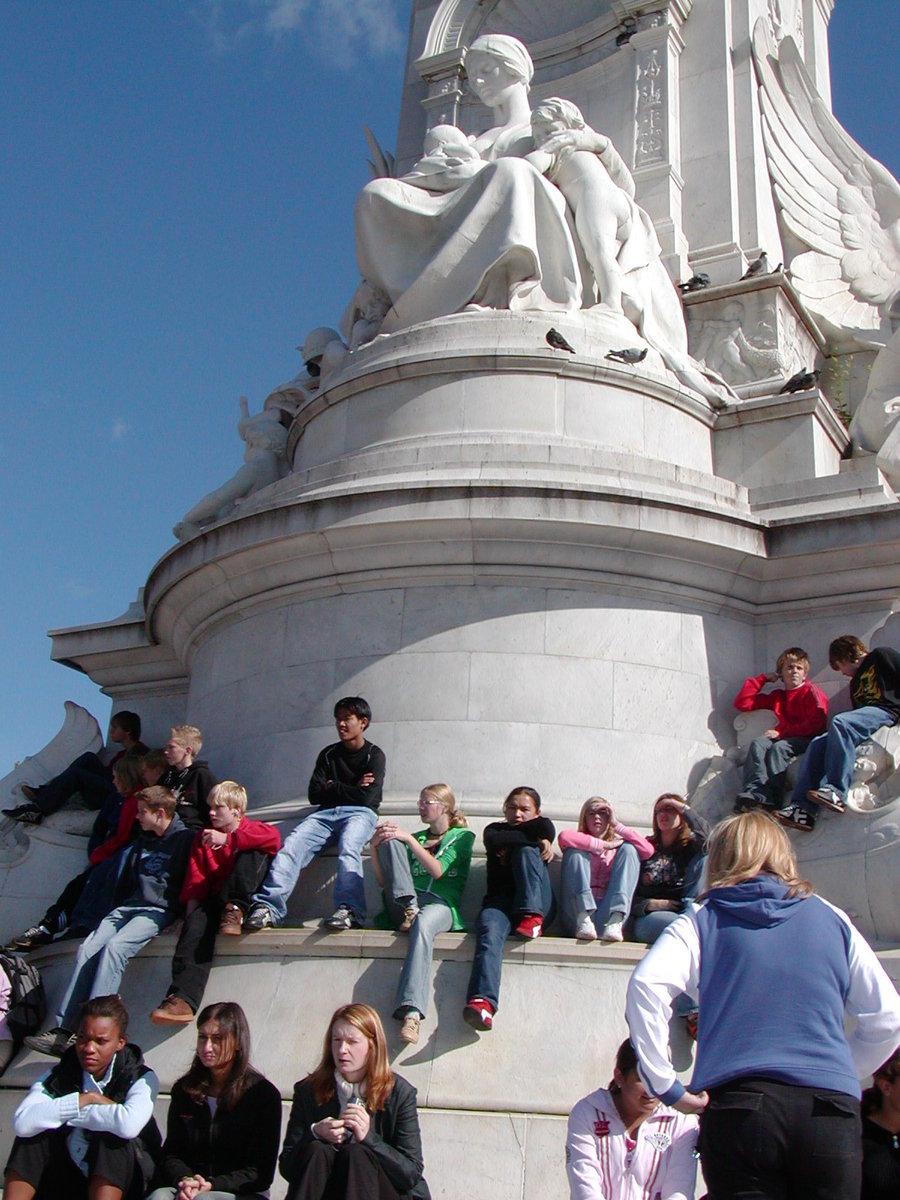 バッキンガム宮殿前にはいろんな国からの観光客がいっぱい