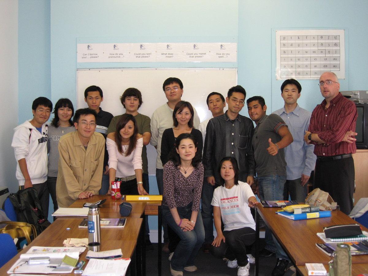 他国からの留学生仲間と(左から3人目が上條社員)