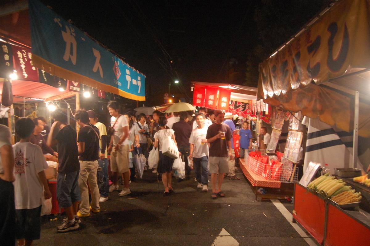 夜の山科地蔵前の露店 撮影:MKタクシー