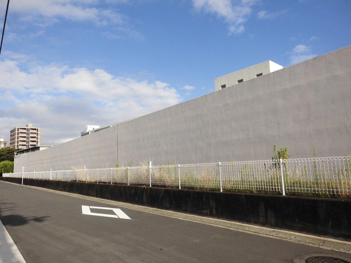 京都刑務所の高い塀 撮影:MKタクシー