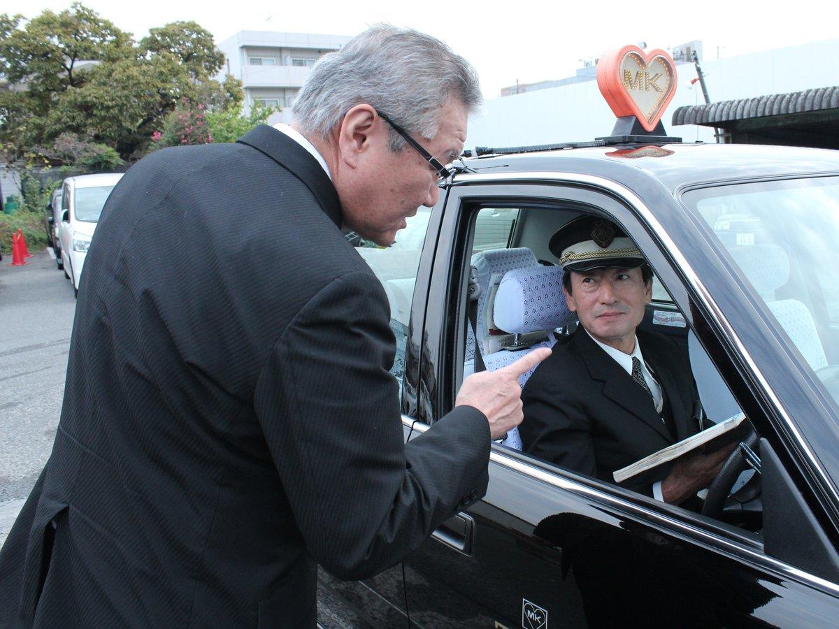「交差点では一時停止して、指差して安全確認をしてください」と声をかける中野課長
