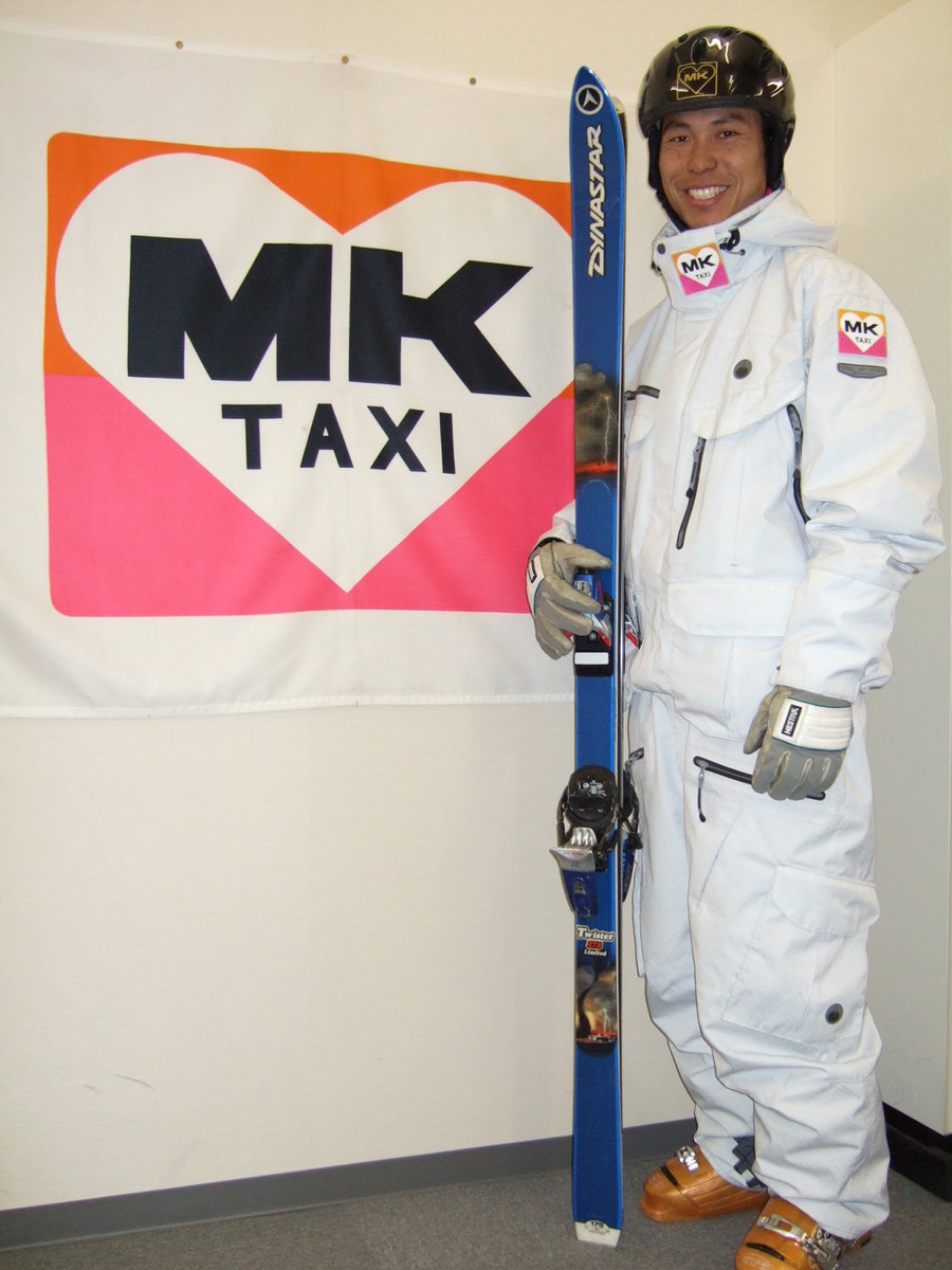 MKのロゴが刺繍されたスキーウェアが完成。ヨーロッパカップへ向けて、表情にも気合が入る